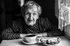 Пожилые женщины выпивая чай, черно-белый портрет Стоковая Фотография