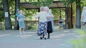 Пожилые женщины и танец человека к музыке Танцплощадка в парке Украина, Киев, 01 06 2019 сток-видео