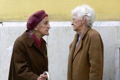 Пожилые женщины обсуждая беды жизни Стоковое фото RF