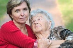 пожилые люди дочи ее обнимая мать стоковое изображение