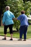 пожилые люди помощи Стоковая Фотография RF