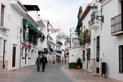 Пожилые люди соединяют на прогулке в деревне в Андалусии стоковое изображение rf