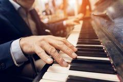 Пожилые люди укомплектовывают личным составом игры рояль в доме престарелых стоковое фото rf
