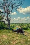 Пожилые люди экономно расходуют и жена сидит на стенде стоковые фотографии rf