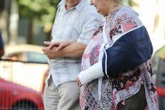 Пожилые пары любя и позаботить о один другого стоковые фото