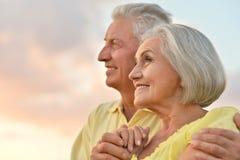 Пожилые пары на предпосылке неба стоковые фото