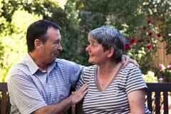 Пожилые пары на стенде стоковое фото