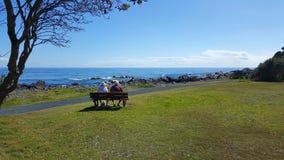 Пожилые пары смотря вне к морю стоковое фото rf