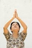 пожилые руки поднимая к поклонению женщины стоковое изображение