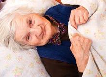 Пожилые сиротливые остальные женщины в кровати Стоковые Фотографии RF