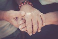 Пожилые старшие руки касающие остаются совместно Стоковые Фотографии RF