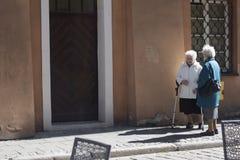 2 пожилых женщины говоря на улице Стоковая Фотография RF