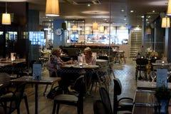 2 пожилых женщины на кафе на ноче Стоковое Изображение