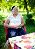 пожилых людей женщина outdoors Стоковое Изображение RF