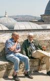 2 пожилых люд распологая в отдыхать мечети Suleymaniye сложный Стоковые Фотографии RF