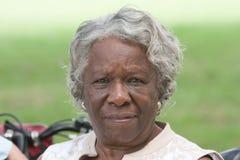 Пожилая Афро-американская дама снаружи Стоковые Изображения RF