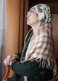Пожилая бабушка сидя на стуле Стоковое фото RF