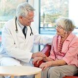 Пожилая женщина в консультации c ее доктором Стоковая Фотография RF