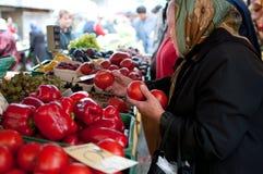 Пожилая женщина в рынке Стоковое Изображение RF