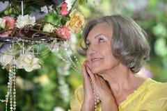 Пожилая женщина в саде лета Стоковое Изображение RF