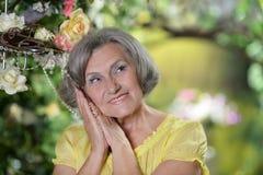 Пожилая женщина в саде лета Стоковая Фотография RF