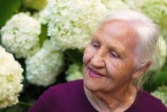 Пожилая женщина в саде Стоковые Фотографии RF