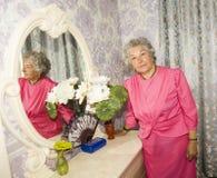 Пожилая женщина в спальне Стоковая Фотография RF