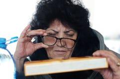 Пожилая женщина в супермаркете Стоковые Фотографии RF