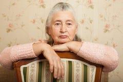 Пожилая женщина горюет дома Стоковые Фотографии RF