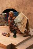Пожилая женщина делая традиционный батик Стоковое фото RF
