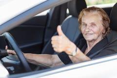 Пожилая женщина за рулевым колесом Стоковое Изображение
