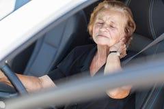 Пожилая женщина за рулевым колесом Стоковые Фотографии RF