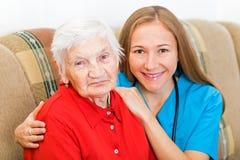 Пожилая женщина и молодой доктор Стоковое Изображение