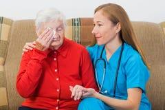 Пожилая женщина и молодой доктор Стоковые Изображения