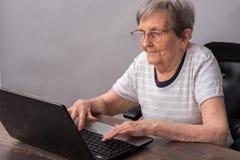 Пожилая женщина и новые технологии Стоковая Фотография RF