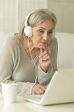 пожилая женщина компьтер-книжки Стоковое фото RF