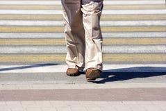 Пожилая женщина пересекая улицу в городе Стоковое Фото