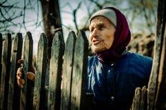 Пожилая женщина - резидент русской деревни Стоковое фото RF