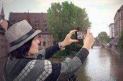 Пожилая женщина снимая средневековый город Стоковые Изображения RF