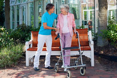 Пожилая женщина с ее любящей дочерью стоковые фото