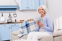 Пожилая женщина с деньгами Стоковая Фотография RF