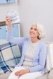 Пожилая женщина с деньгами Стоковые Фото