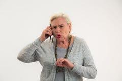 Пожилая женщина с мобильным телефоном Стоковая Фотография RF