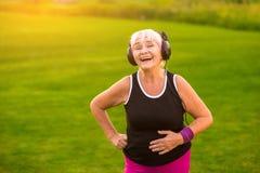 Пожилая женщина с наушниками Стоковое Изображение