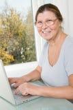 Пожилая женщина с пуком русских денег и сбережения записывают Стоковое фото RF