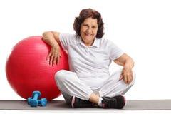 Пожилая женщина с шариком и гантелями pilates Стоковое Изображение