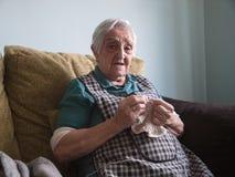 Пожилая женщина шить дома Стоковое Фото