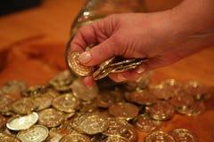 Пожилая рука женщины держа монетку Стоковая Фотография RF