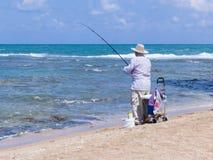 Пожилая рыбная ловля человека с рыболовной удочкой Стоковое Фото