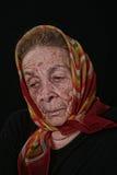 Пожилая старуха на черной предпосылке стоковое фото rf